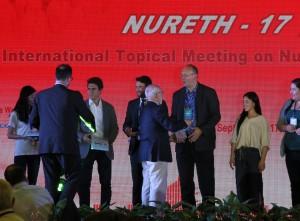 During the award ceremony co-author Ferry Roelofs receives the award from Prof. Ninokata